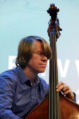 Bandleader und Komponist: Henning Sievert komponiert für sein Trio Symmethree mit Gitarrist Ronny Graup und Posaunist Nils Wogram. Alle Fotos: Thomas J. Krebs
