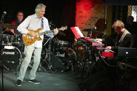 John McLaughlin (g), Etienne M'Bappe (b). Gary Husband (keys, dr), Ranjit Barot (dr), Bayerischer Hof München, Foto Ralf Dombrowski