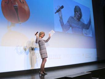 BR-Moderatorin Beate Sampson führte kompetent und unterhaltsam durch den Abend. Foto: Ralf Dombrowski