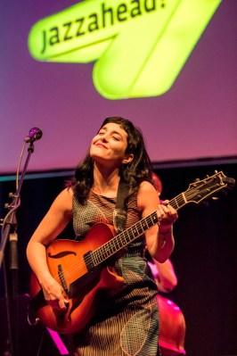 Overseas Night: Sängerin, Gitarristin und Komponistin Camila Meza aus Chile. Foto: Susanne van Loon