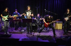 Die eigentlich fünfköpfige Band, verstärkt durch den Gitarristen Rafael Trujillo (rechts). Foto: Michael Scheiner