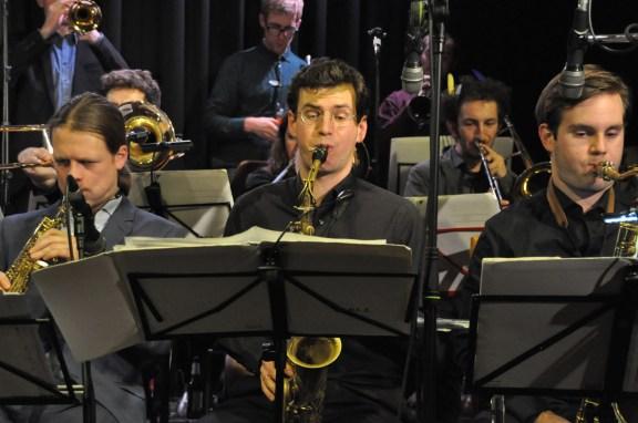 Einer von 17 Mitgliedern der Monika Roscher Big Band: Altsaxophonist Julian Schunter.. Foto: Michael Scheiner