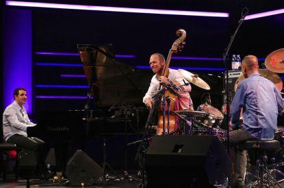 Avishai Cohen (b), Omri Mor (p), Itamar Doari (dr), Burghausen Wackerhalle, Foto Ralf Dombrowski