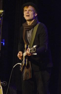 Frontman Todd Clouser an der E-Gitarre. Foto: Michael Scheiner