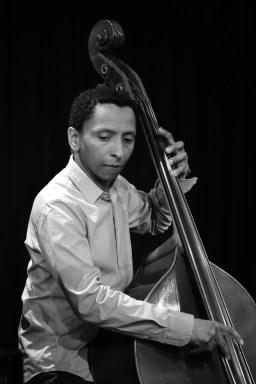 Bassist Omar Rodriguez Calvo. Foto: Thomas J. Krebs