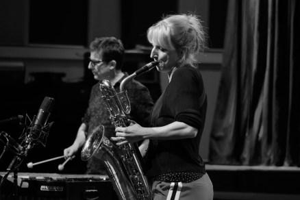 Alexandra Lehmler am Baritonsaxophon & Franck Tortiller. Foto: Thomas J. Krebs