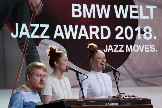 Back vocals Anja Martine Mørk & Sofiel Tollefsbøl mit Bjarne Gustavsen. Foto: Thomas J. Krebs M