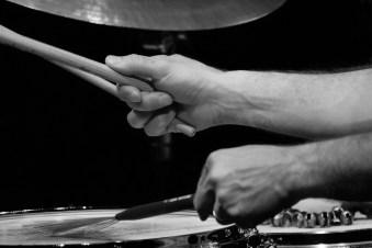 Die hände des Drummers Eric Schäfer.