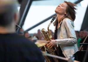 Céline Bonacina (bs). Foto: Ralf Dombrowski