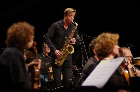 Marius Neset mit der Bayerischen Kammerphilharmonie. Foto: Godehard Lutz