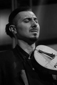 Adam Baldych mit dem Nachbau eines Barockinstruments. Foto: TJ Krebs