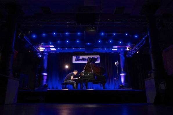 Tim Allhoff in der Unterfahrt beim Stream Concert. Alles Fotos: Ralf Dombrowski