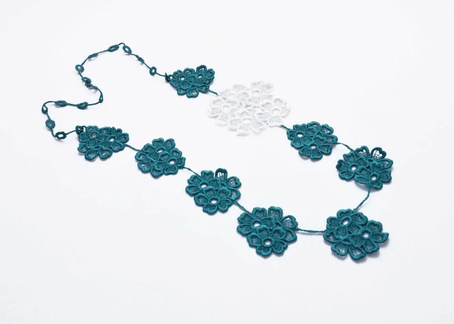 Daisy Dreamer Neck Lace in emerald and white