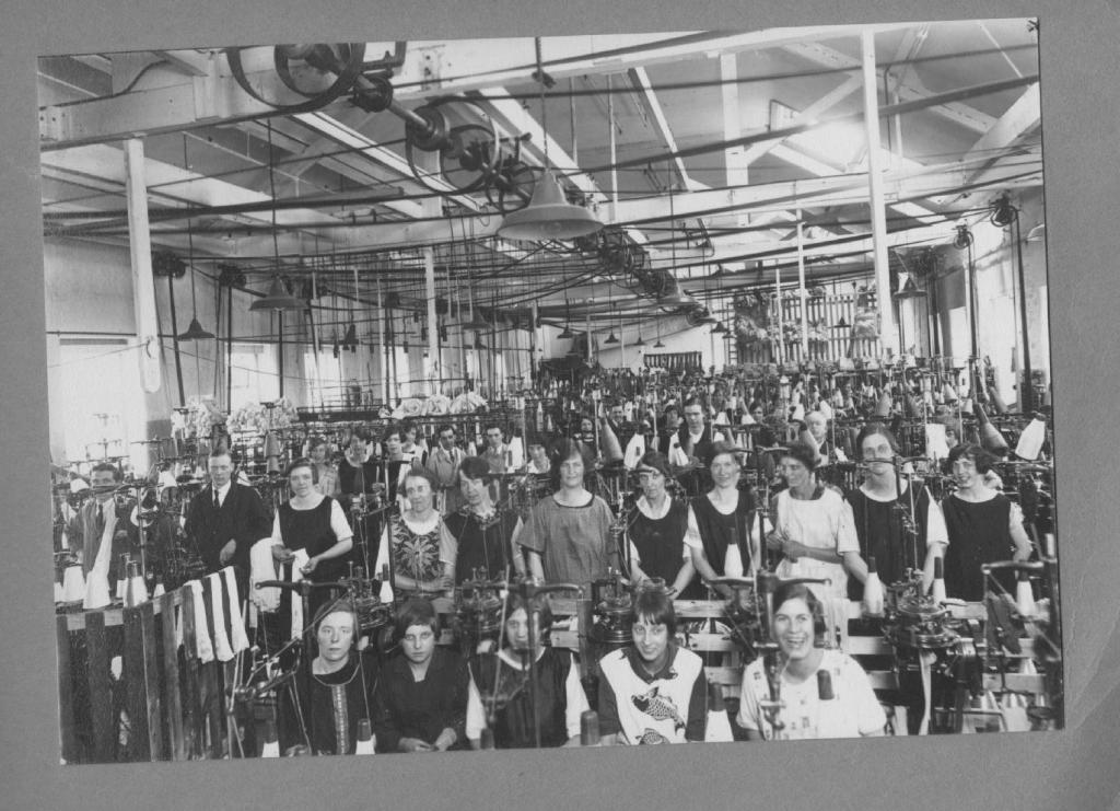 an old photo of workers in Drivers Hosiery factpry in Barrow Upon Soar
