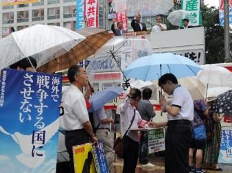 日本共産党は「閣議決定するな」と全国各地で宣伝行動や署名活動にとりくんでいます。(写真は28日、渋谷駅前)