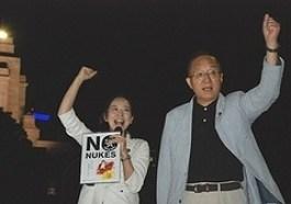 (写真)コールする笠井(右)、吉良の両議員=12日、国会正門前