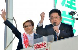 総選挙での躍進を訴える小池晃副委員長(右)と池内さおり衆院東京比例候補=16日、東京・新宿駅東口