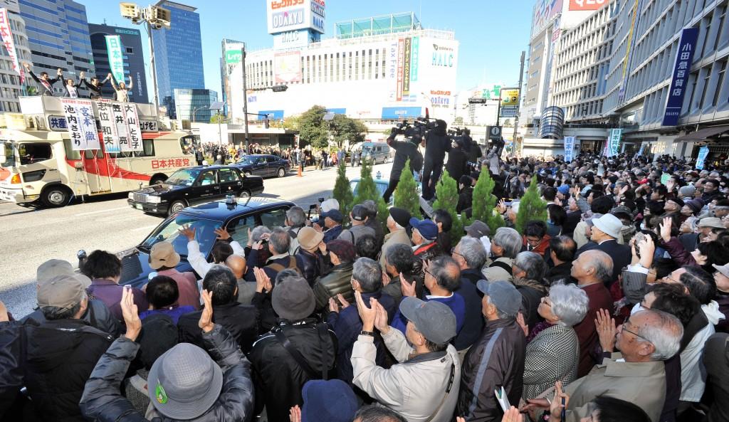 志位和夫委員長と衆院東京ブロック比例候補の訴えに拍手をおくる人たち=19日、新宿駅西口