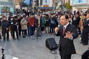 スピーチする志位和夫委員長=7日、東京・新宿駅東口