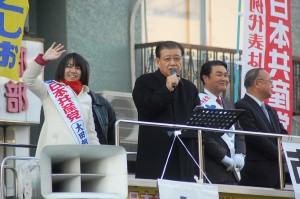 街頭で訴える市田副委員長(左から2人目)、大田朝子比例候補(左端)、吉田としお東京15区候補ら=8日、東京都江東区