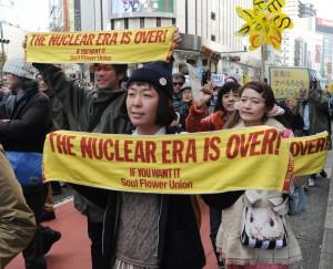 反原連がよびかけた「反原発☆渋谷大行進」で「原発いらない」とコールする人たち=13日、東京都渋谷区