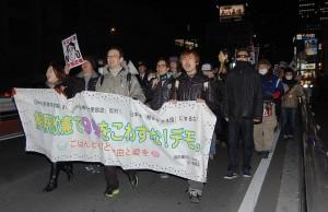 安倍首相の狙う解釈改憲許すなとアピールするデモ参加者=21日、新宿区