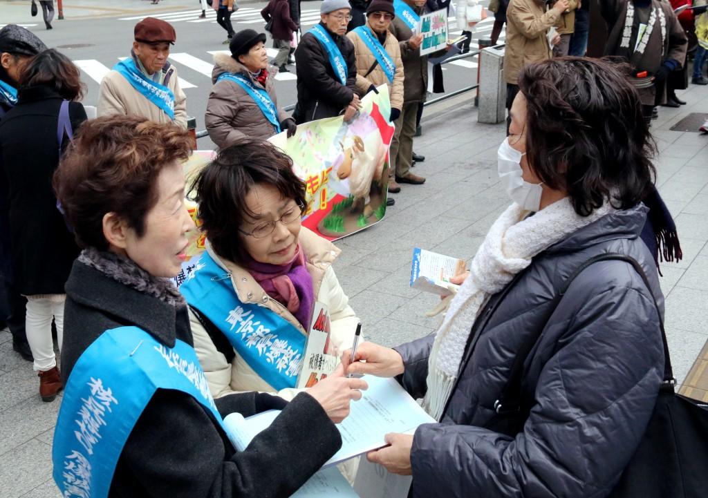 核兵器の廃絶を求めて行われた署名行動=6日、東京都台東区の浅草寺雷門前