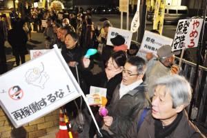 「川内・高浜原発再稼働反対」と訴える人たち=9日、首相官邸前