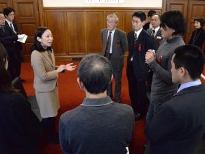 傍聴者と懇談する吉良よし子議員(左)=6日、国会内