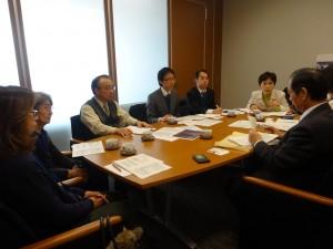 年金機構(右端)から説明を聞く(右2人目から)鈴木、安藤、のだて各氏ら=参院議員会館
