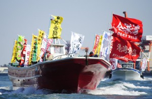 (写真)春闘で大幅賃上げを勝ちとろう、と東京港湾関係労働組合協議会がおこなった海上デモ=5日、東京湾