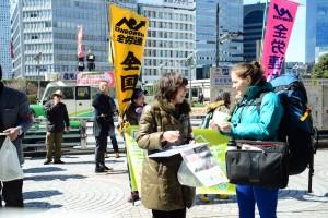「原発ゼロ」の署名に応じる通行人=11日、東京・新宿駅前