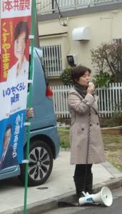 「区議選で安倍政権の暴走に審判を」と訴える、くすやま美紀杉並区議=19日、東京都杉並区