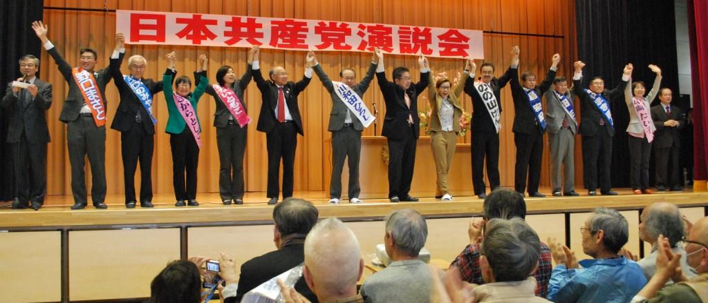 声援にこたえる小池副委員長と区議候補ら=28日、東京都北区