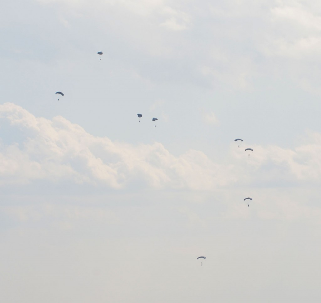 米軍による今年2度目のパラシュート降下訓練=2月27日、東京・横田基地(羽村平和委員会提供)