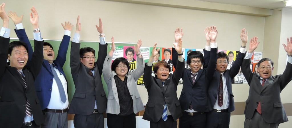 7人全員の当選を喜ぶ候補者と植木都議(右端)=27日、東京都中野区
