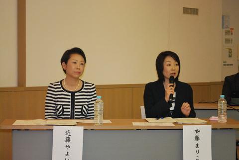 公開討論を行う(右から)斉藤まりこ、近藤弥生両氏=7日、東京都足立区
