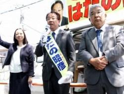 吉良参院議員(左)、吉田万三元区長と訴える、はたの候補=10日、東京都足立区