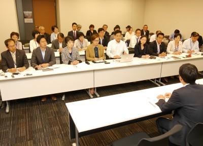 横田基地へのCV22オスプレイ配備計画の撤回を求める前列左4人目から池内、宮本徹、吉良の各氏と周辺自治体の議員、住民ら=11日、衆院第2議員会館