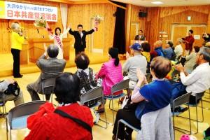 参加者の声援にこたえる大沢(奥左から2人目)、小池両氏=25日、東京都奥多摩町