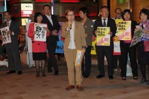 超党派の議員と団体、個人の宣伝であいさつする池内衆院議員=23日、東京都足立区(「しんぶん赤旗」提供)