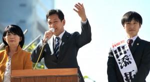 訴える宮本氏(左)と山添氏=6日、東京・新宿駅西口(「しんぶん赤旗」提供)