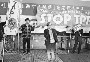 「TPP交渉撤退へ共同を」と訴える池内氏(中央)=17日、東京・渋谷駅前(「しんぶん赤旗」提供)