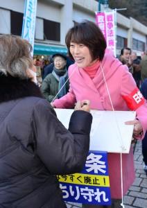 署名を集める田村議員=1日、東京都八王子市