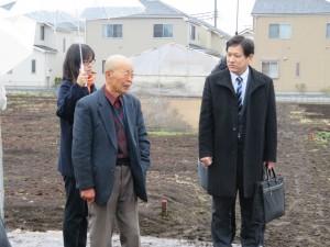 畑を見学し懇談する宮本氏(右)=1月29日、東京都清瀬市