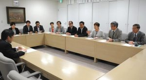 都側に申し入れる日本共産党都議団=12日、都庁