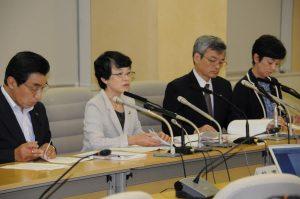 都知事の宿泊費を削減するための条例改正案について記者会見する日本共産党都議団=31日、都庁(「しんぶん赤旗」提供)