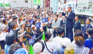小池書記局長、長妻民進党代表代行とともに支持を訴える鳥越俊太郎都知事候補=16日、東京都足立区