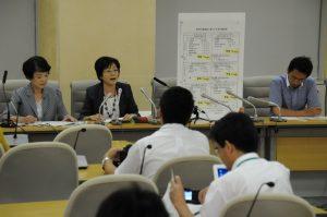 豊洲新市場工事概要のパネルを示して記者会見する日本共産党都議団=12日、都庁