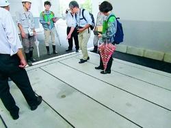 (写真)豊洲新市場の加工パッケージ棟に隣接して設置された重機の搬入口=23日、共産党都議団撮影